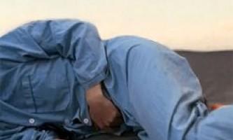 Біль в животі та спині, озноб, кров у сечі при дисфункції нирок