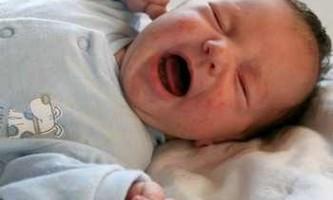 До скількох у немовлят коліки